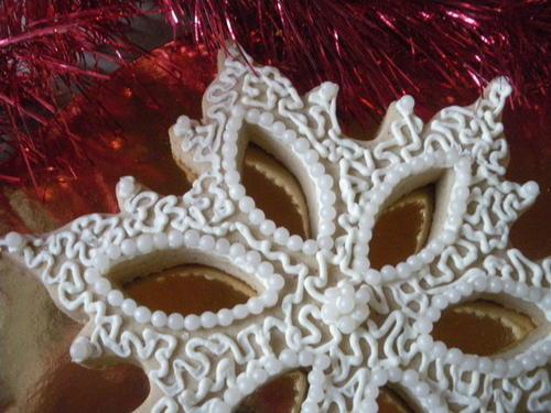 biscotto fiocco di neve decorato con la ghiaccia