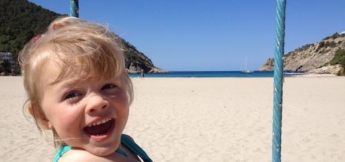 Bambini con la valigia, bimba in spiaggia