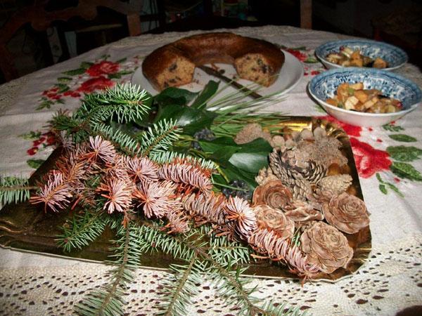 Semi, ghiande, pigne, bacche, rametti per realizzare il centro tavola di Natale