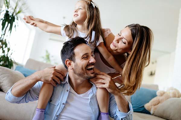 famiglia in casa, mamma, papà, figlia, quarantena, Coronavirus, routine